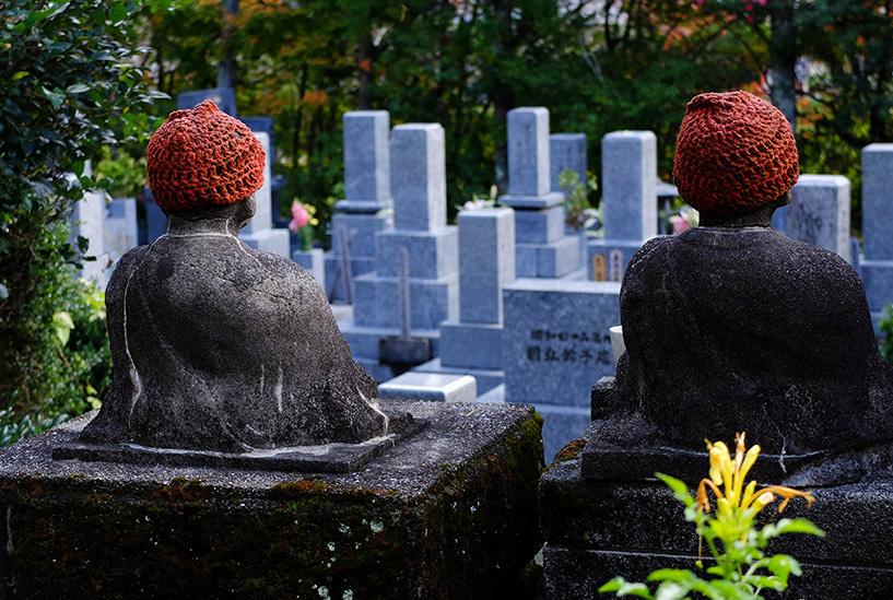 statuettes jizo devant un cimetière