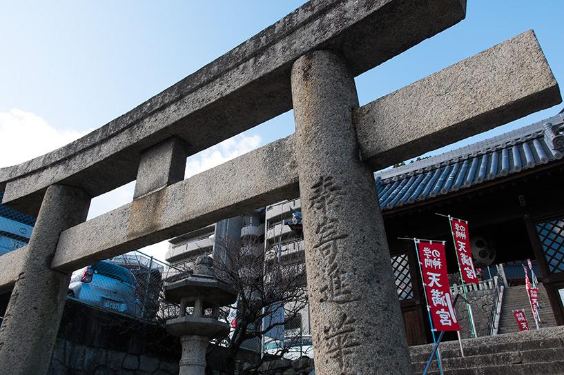 Torii de pierre à l'entrée du sanctuaire Onaga Tenmangu Hiroshima