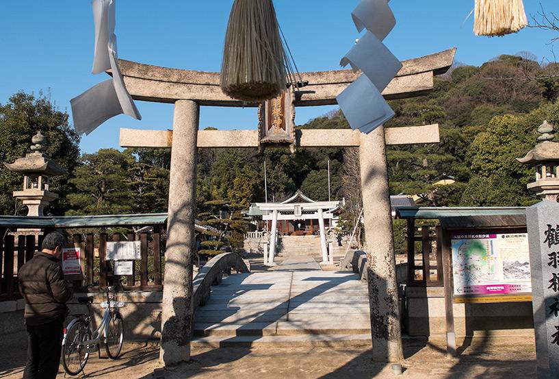 Torii de pierre du sanctuaire Tsuruhane Hiroshima