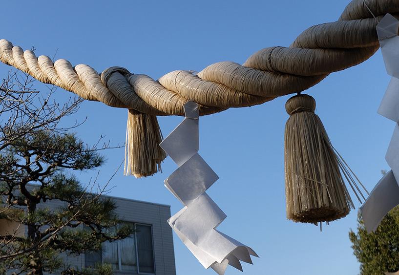 """Corde """"shimenawa"""" et papier """"shide"""", sanctuaire shinto Japon"""