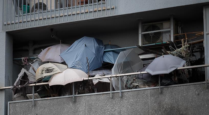Balcon couvert de parapluies cassés, Hiroshima, Japon