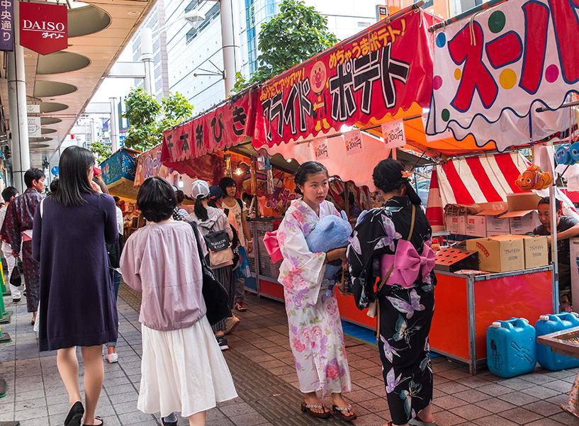 Yatai et filles en yuakata, Tokasan matsuri, Hiroshima