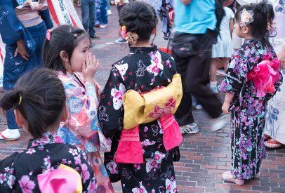 petites fllles en yukata, Hiroshima, Japon