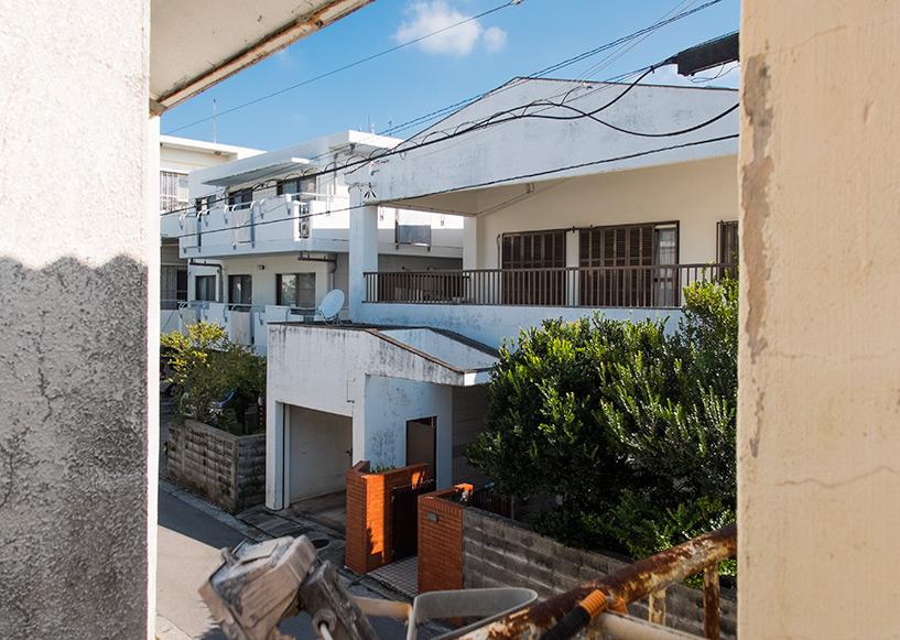 vue d'une petite terrasse à l'étage de notre chambre, guesthouse Rakuten-ya, Ishigaki