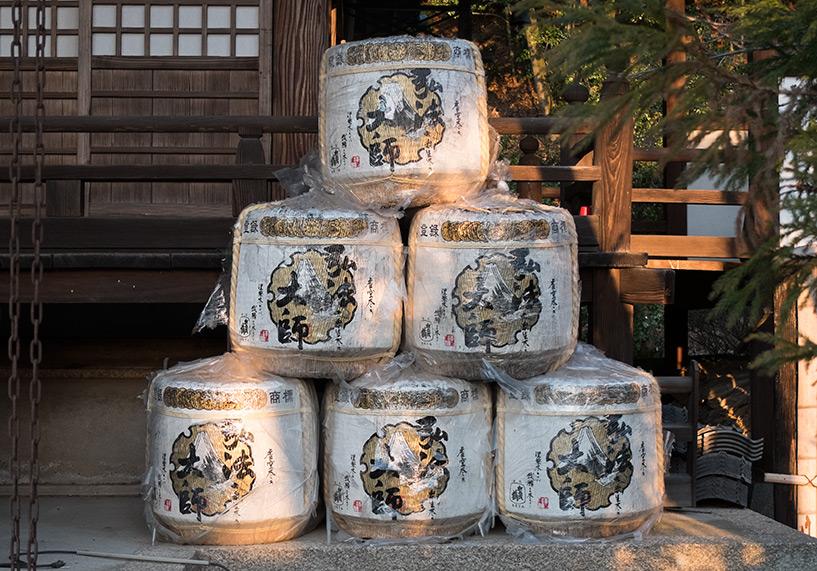 barils de saké à l'entrée d'un temple, Japon