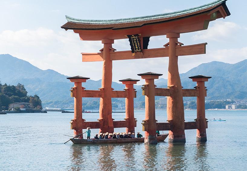 bateau passant sous le torii de Miyajima